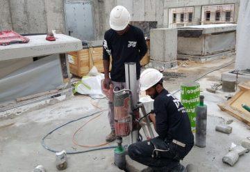 עובדי חברת שחר צדיק בעבודת קידוח רצפת בטון