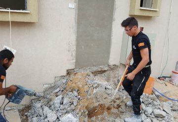 עובדי שחר צדיק מפנים פסולת בניין לאחר הריסת מדרגות