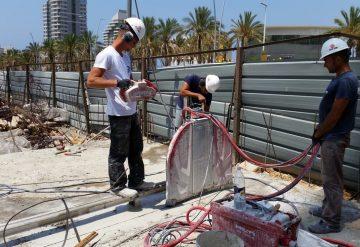 עובדי חברת שחר צדיק בעבודת ניסור במת בטון