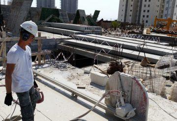 עובד חברת שחר צדיק בעבודת ניסור במת בטון