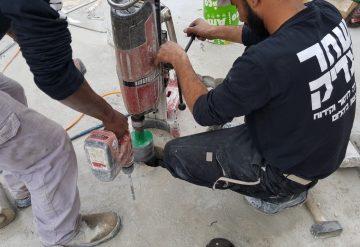 עובדי חברת שחר צדיק מבצעים מבצעים קידום פתחים ברצפת בטון