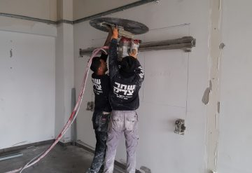 עובדי חברת שחק צדיק בניסור קיר בטון