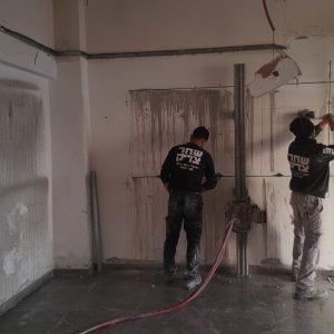 עובדי חברת שחק צדיק לפני ניסור קיר בטון