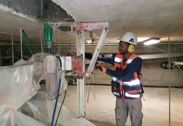 עובד של חברת שחר צדיק מבצע קידוח פתח בתקרת בטון