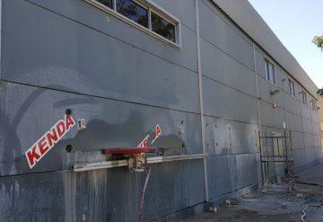 כלים מוכנים לפני ניסור בקיר בטון במבנה מסחרי