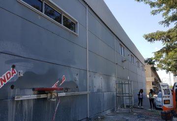 עובד לפני ניסור בקיר בטון במבנה מסחרי