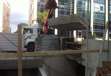 עובד חברת שחק צדיק בעבודת ניסור רצפת בטון