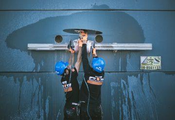 עובדי חברת שחר צדיק בזמן ניסור קיר בטון