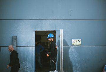 עובד חברת שחר צדיק ליד פתח שנעשה על ידי ניסור קיר בטון