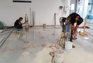 עובדי חברת שחר צדיק בעבודות קידוח רצפת בטון