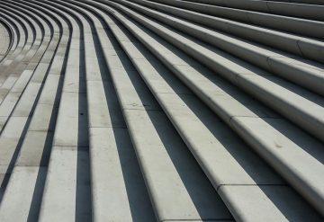 מדרגות בטון אפורות