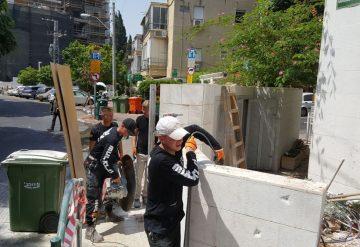 עובדי חברת שחר צדיק בעבודות בבניין מגורים