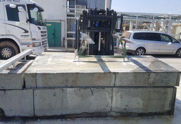 הרמה של יחידת בטון עם מלגזה לאחר ניסור